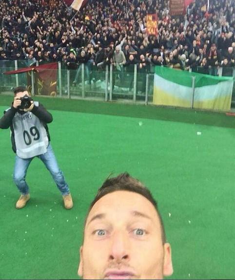 Francesco Totti se vuelve viral al celebrar un gol con un selfie - selfie-totti
