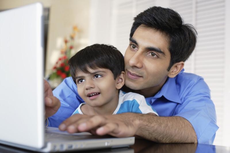Cinco preguntas para proteger a tus hijos de apps maliciosas - father-and-son-technology-800x533