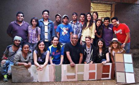Arquitecto mexicano crea pintura a base de tierra de colores