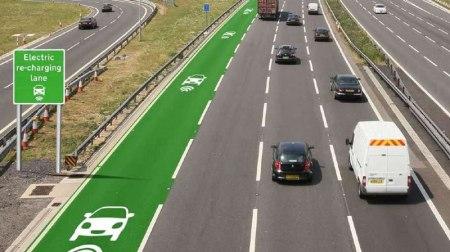 Desarrollan autopistas que recargan autos eléctricos en movimiento