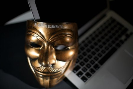 «Los servicios secretos podrían introducir material terrorista en cualquier computadora»