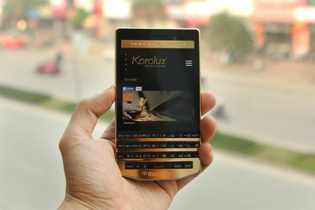 Karalux presenta el BlackBerry P'9983 chapado en oro