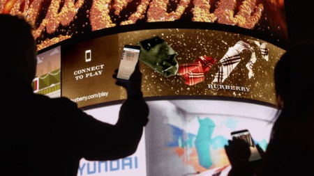 Burberry se asocia con DreamWorks Animation para lanzar campaña interactiva 3D