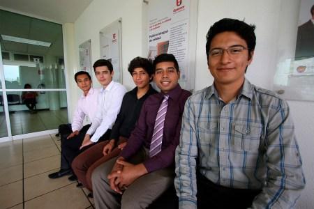 Mexicano crea mochila solar que recarga aparatos y trasmite sonido