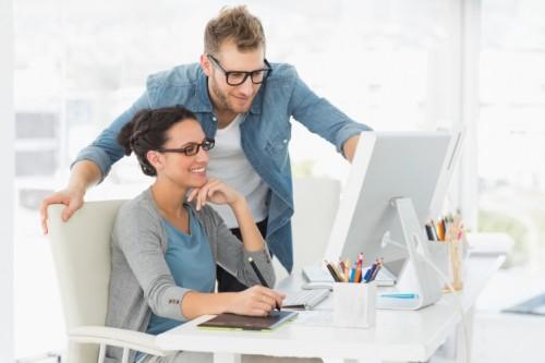 Estudio revela que el 57% de trabajadores se enamoran en el lugar de trabajo - romance-en-la-oficina-low