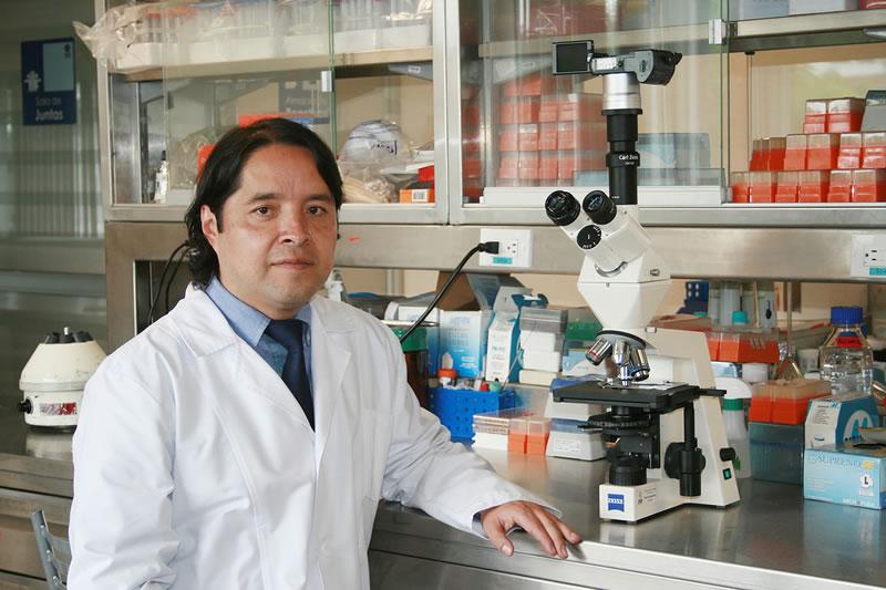 Premian a investigador mexicano por sus hallazgos en parasitología - carlos-cedillo-pelaez