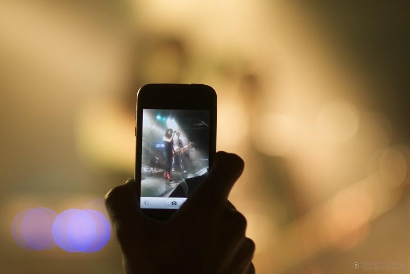 Apple registró patente para bloquear la toma de fotos y videos en conciertos - iphoneconcert-800x535