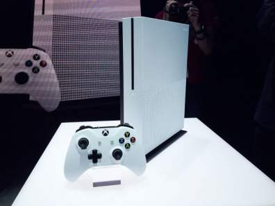E3: Microsoft presenta una Xbox One más pequeña y potente - xbox-one-s-standing-vertically_pv7t-640