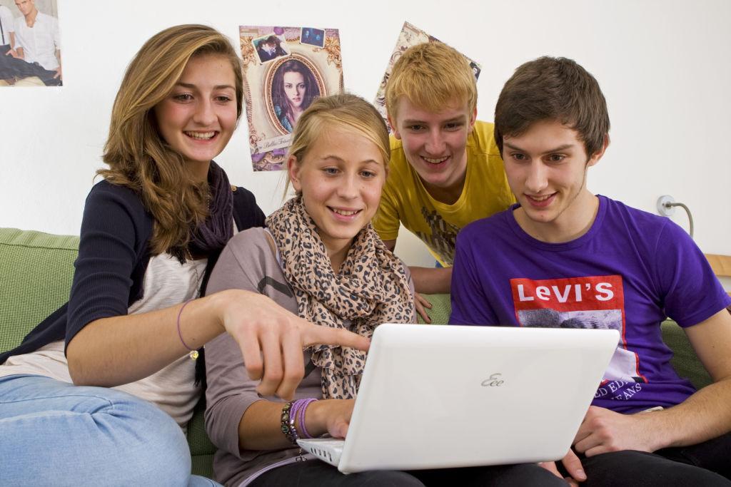 Estudio revela que los niños pasan la mayor parte de sus vidas en línea - teenagers_online_1