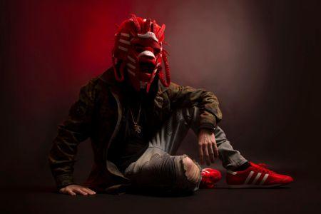 Adidas presenta una innovadora exposición de máscaras hechas con sneakers - adidas-dragon-mask