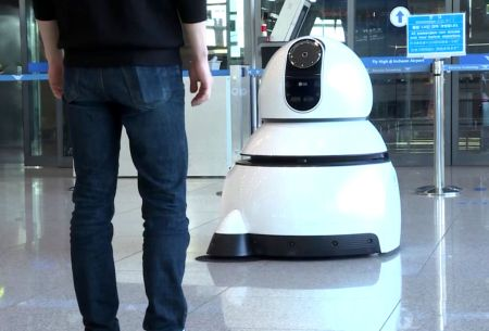 Los robots de LG ofrecerán un servicio a los visitantes del Aeropuerto más grande de Corea - airport-cleaning-robot-02
