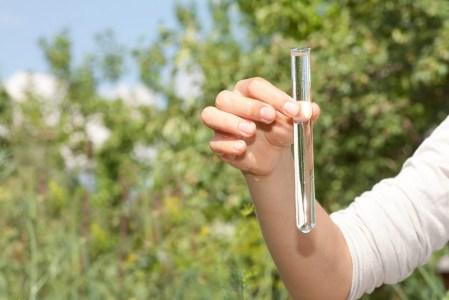 Diseñan dispositivo de bajo costo para medir si el agua potable es bebible