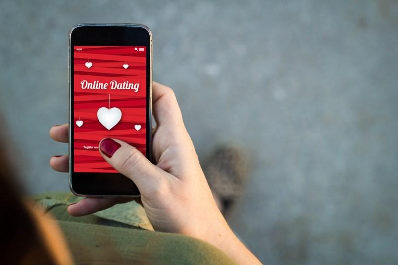 Razones por las que seguirás ligando desde tu smartphone en 2018 - online-dating-800x534