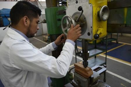 Crean estudiantes ladrillo de materiales reciclados que evita daño ambiental