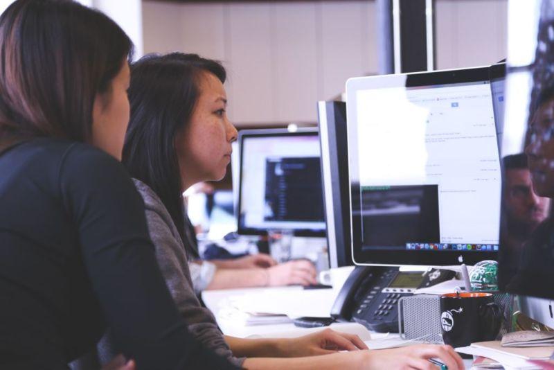 Empresas mexicanas buscan cerrar brecha de talento tecnológico - coaching-coders-coding