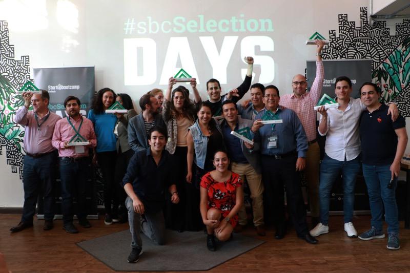 Anuncian segunda generación de Startupbootcamp FinTech en América Latina - las-diez-startups-celebran-junto-al-equipo-de-startupbootcamp-fintech-800x533
