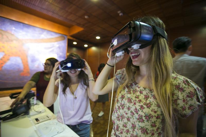 Presentan experiencia en realidad virtual: Túnel de la Serpiente Emplumada, Teotihuacán - samsung-vr-086-800x533