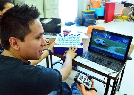 Innovan sistema para que niños con discapacidad aprendan a leer y a escribir
