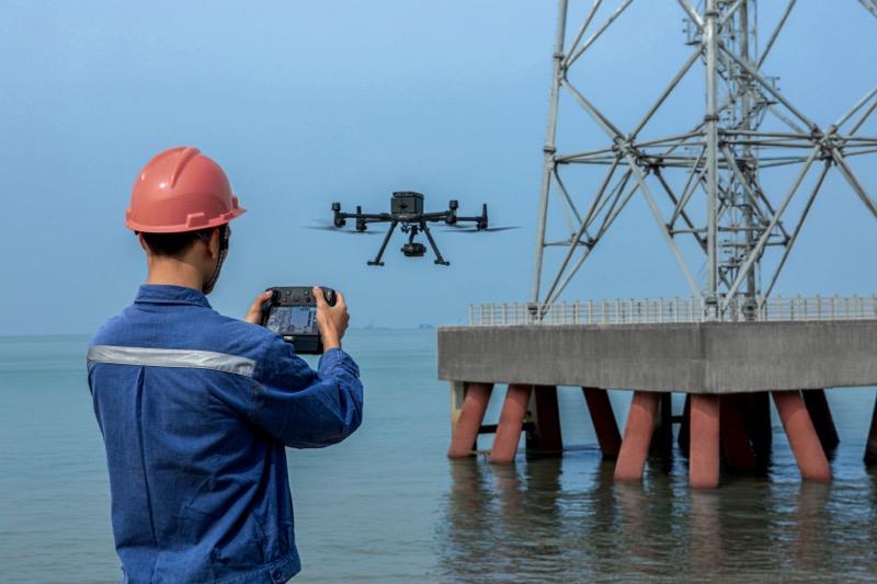 DJI lanza Matrice 300 RTK, el nuevo dron de uso industrial más avanzado - dji-m300-rtk-inspecting-platform-800x533