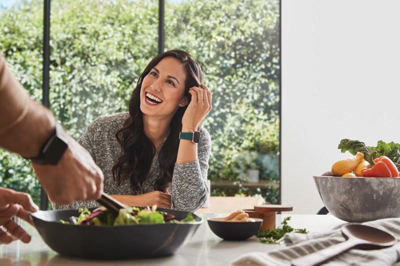 Cómo evitar subir de peso mientras trabajas desde casa - fitbit_versa_2_lifestyle-800x533