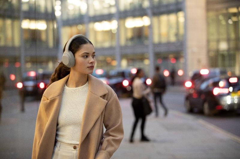 Sony lanza los audífonos inalámbricos WH-1000XM4 con cancelación de ruido - wh-1000xm_adaptive_sound_control_walking-large-1-800x533