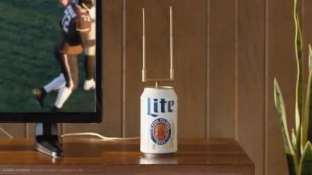 Vea fútbol americano con antena que también sirve cerveza