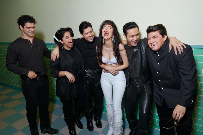 Selena: La Serie llega a Netflix el 4 de diciembre de 2020 - selena_backstage-netflix-800x533
