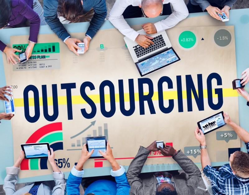 Outsourcing, ¿una alternativa conveniente o perjudicial para las startups? - outsourcing-800x626