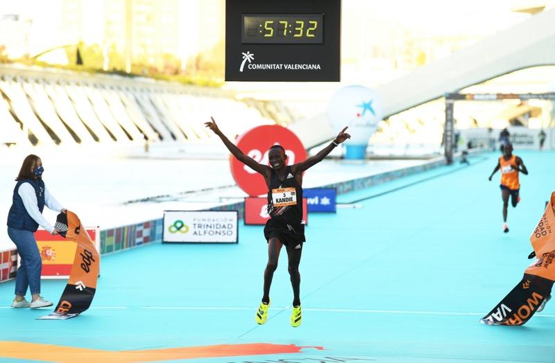 Kibiwott Kandie rompe récord mundial de medio maratón usando los adidas adizero adios Pro - kibiwott-kandie-adidas-adizero-adios-pro-800x524