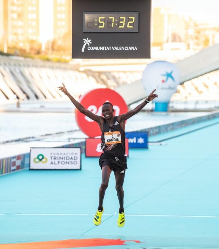 Kibiwott Kandie rompe récord mundial de medio maratón usando los adidas adizero adios Pro - kibiwott-kandie-breaks-the-half-marathon-world-record-wearing-adidas-adizero-adios-pro-2-705x800