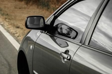 ¿Tu auto se ladea? Podría faltarle líquido para frenos