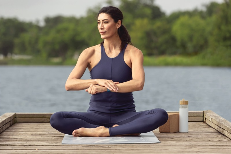 Fitbit te comparte cómo la meditación fortalece la función inmunológica - fitbit-sense-lifestyle-yoga-sapphire