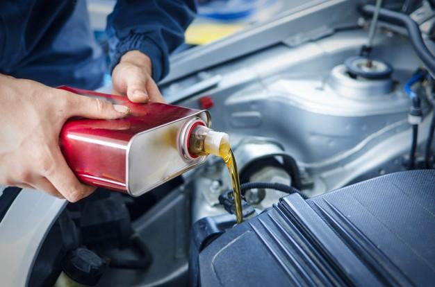 Estos son los 5 líquidos indispensables para tu auto