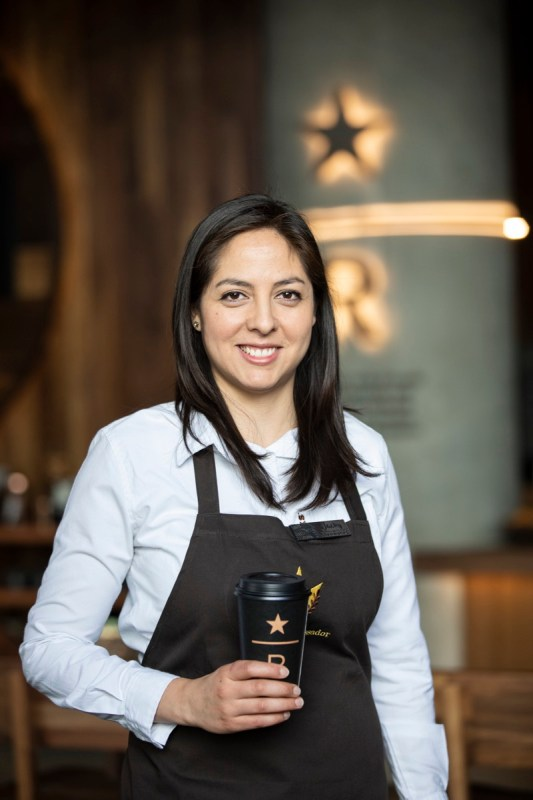 Starbucks: Mujeres que cultivan la resiliencia - sony-reconocida-empresas-mas-eticas-del-mundo-2021-jaqueline-velarde-533x800