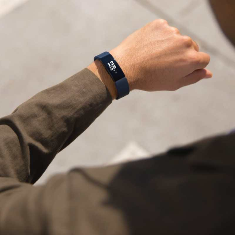 Gadgets para regalar a papá este Día del Padre - fitbit-inspire-2-800x800