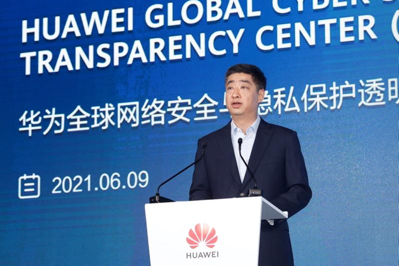 Huawei inaugura su mayor Centro Global de Transparencia de Ciberseguridad y Protección de la Privacidad - ken-hu-delivering-keynote-transparency-center