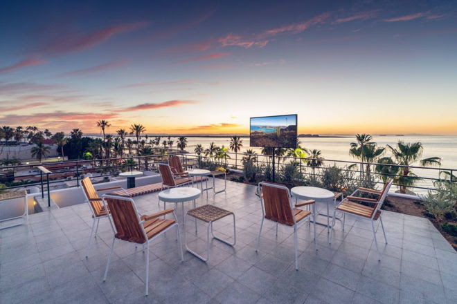 Tendencias de experiencias al aire libre que integran lo mejor del exterior con el interior - the-terrace-primer-televisor-para-exteriores-samsung