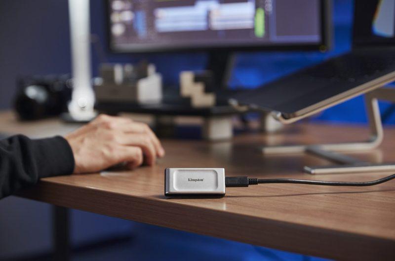 Kingston lanza SSD XS2000, unidad SSD portátil de bolsillo - ssd-kingston-xs2000-trabajo-1280x846