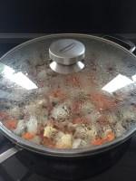 Foto van de pan voor kipsate waarbij de pan op de deksel is gedaan om de groente te stoven