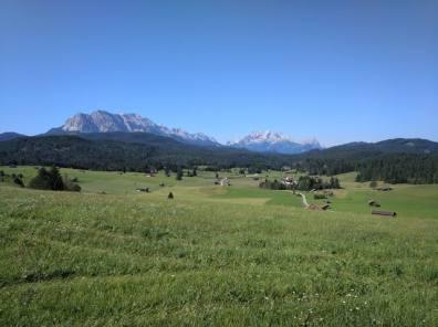 Blick auf das Wettersteingebirge die Alp- und Zugspitze von den Buckelwiesen