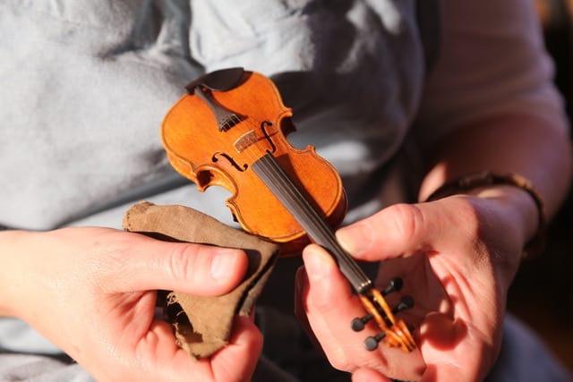 Politur einer Geige