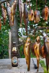 Frischer Räucherfisch und Bier