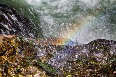 Lichtspiel aus Tropfen und Regenbogen