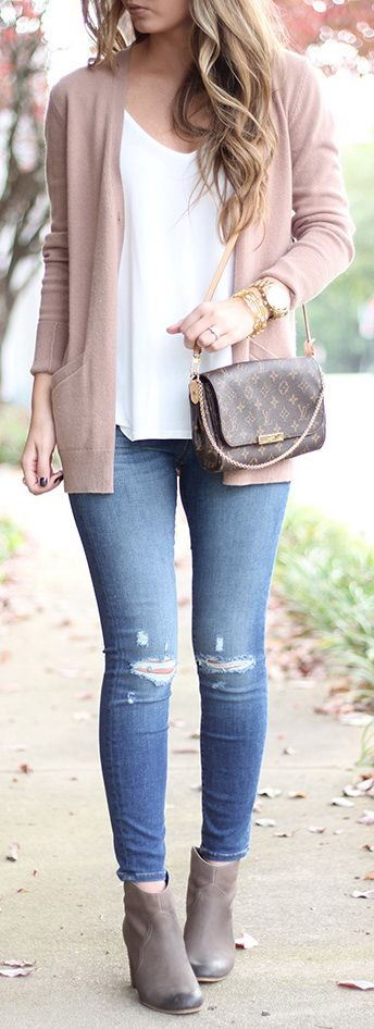 Love the blush pink cardigan and simplicity of this outfit. I think it would be a good transition to S