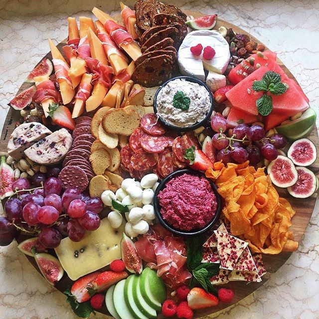 Now this is a grazing platter! This gorgeous platter by @kristielle_ has us lookin