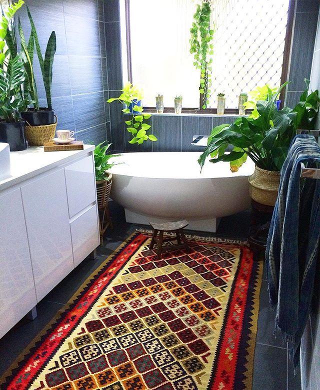 Saturdays bohemian jungle vibes in our main bathroom ✌️ Look at that kilim…s