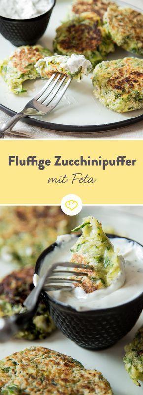 Zucchini landen geraspelt und mit Feta vermischt in der Pfanne und werden als fluffige Puffer ausbacken. Dazu lädt frisches