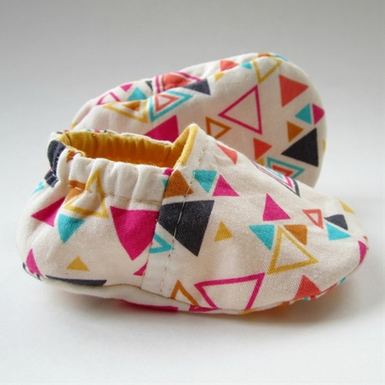 DIY baby shoes. Sewing Look how cute these are Aireal and Katelyn! If I was crafty at all and knew how to sew I'd  make them for