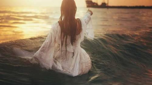 Un răsărit pe un întins de ape…