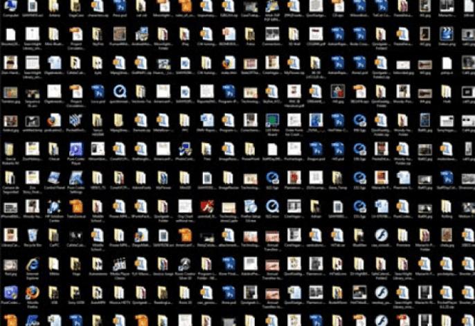 Escritorio PC desorganizado
